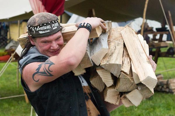 Philipp beim Holztragen zur «Unterkunft».