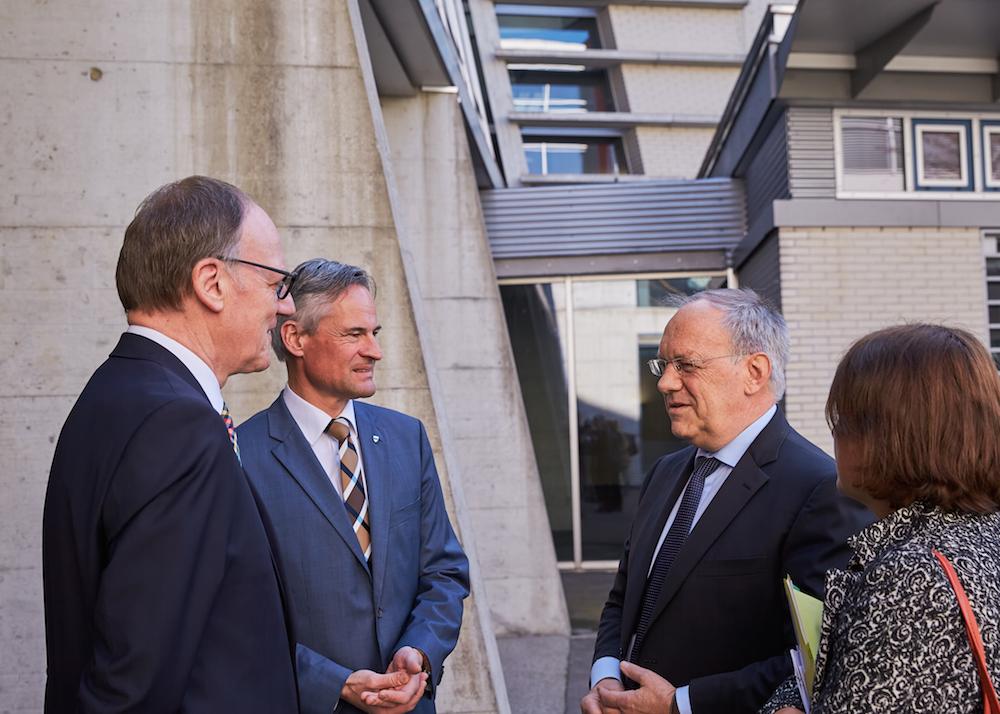 Der Zuger Regierungsrat Matthias Michel begrüsst den Bundespräsidenten im GIBZ in Zug.