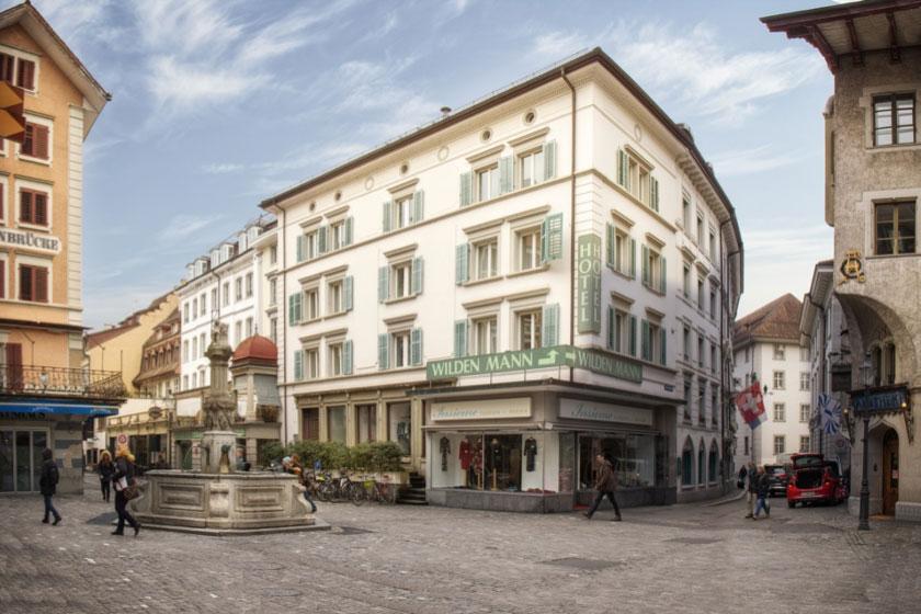 Heute: Der Philipp-Anton-von-Segesser-Platz mit Krienbrügglibrunnen, rechts die Bahnhofstrasse (Rütligasse Blickrichtung Bahnhofstrasse).