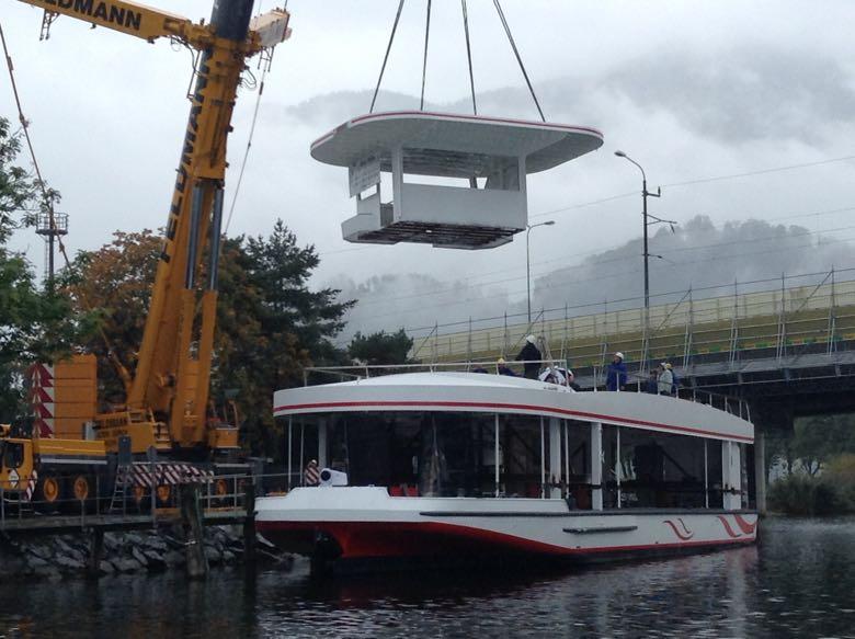 Nach und nach wurde das Schiff im Wasser zusammengebaut.
