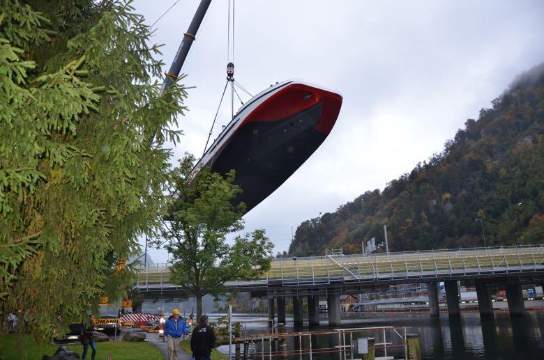 Mittels eines riesigen Krans wurde das Schiff bei Stansstad in den See gehoben.
