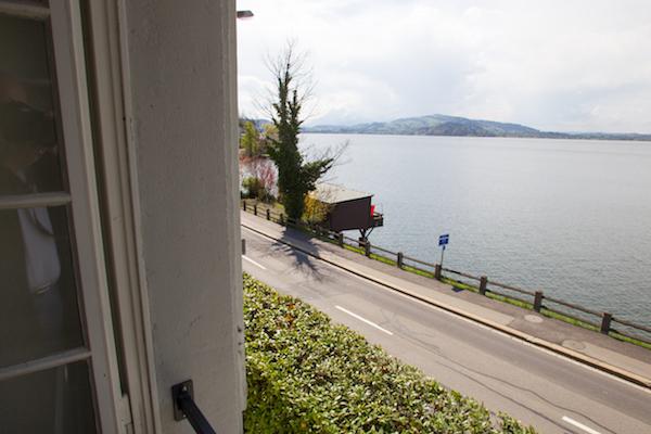 Der Blick aus dem Zimmerfenster auf den Zugersee: Es ist schön in der Asylunterkunft Salesianum.