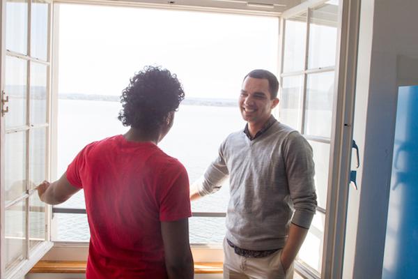 Mehdi Grond, Leiter der Unterkunft Salesianum, im Gespräch mit einem Bewohner.