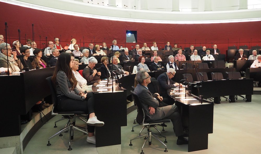Der Kantonsratssaal war gut zur Hälfte gefüllt. Im Vordergrund sitzen normalerweise die CVPler.