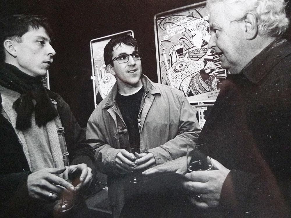 Robi Müller (links) und Kurt Weber (Mitte) im Gespräch mit Stapi Franz Kurzmeyer am Fumetto 1995.