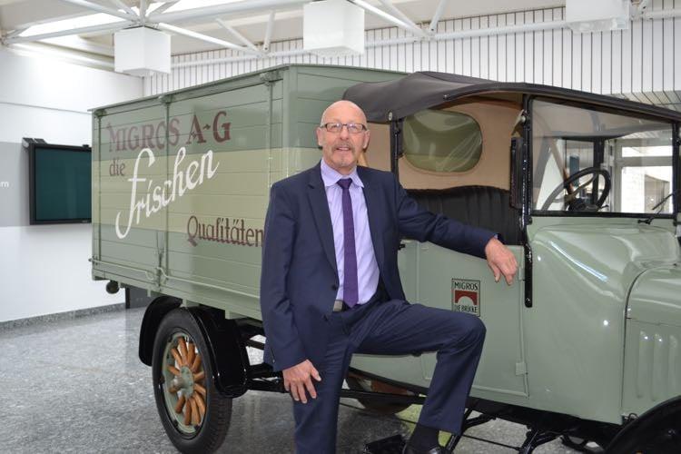 Anton Wechsler, Präsident der Verwaltung der Migros Luzern, ist seinem Arbeitgeber 40 Jahre lang treu geblieben. Hier posiert der 63-Jährige vor einem der ersten Verkaufswagen der Migros. (Bild: azi)