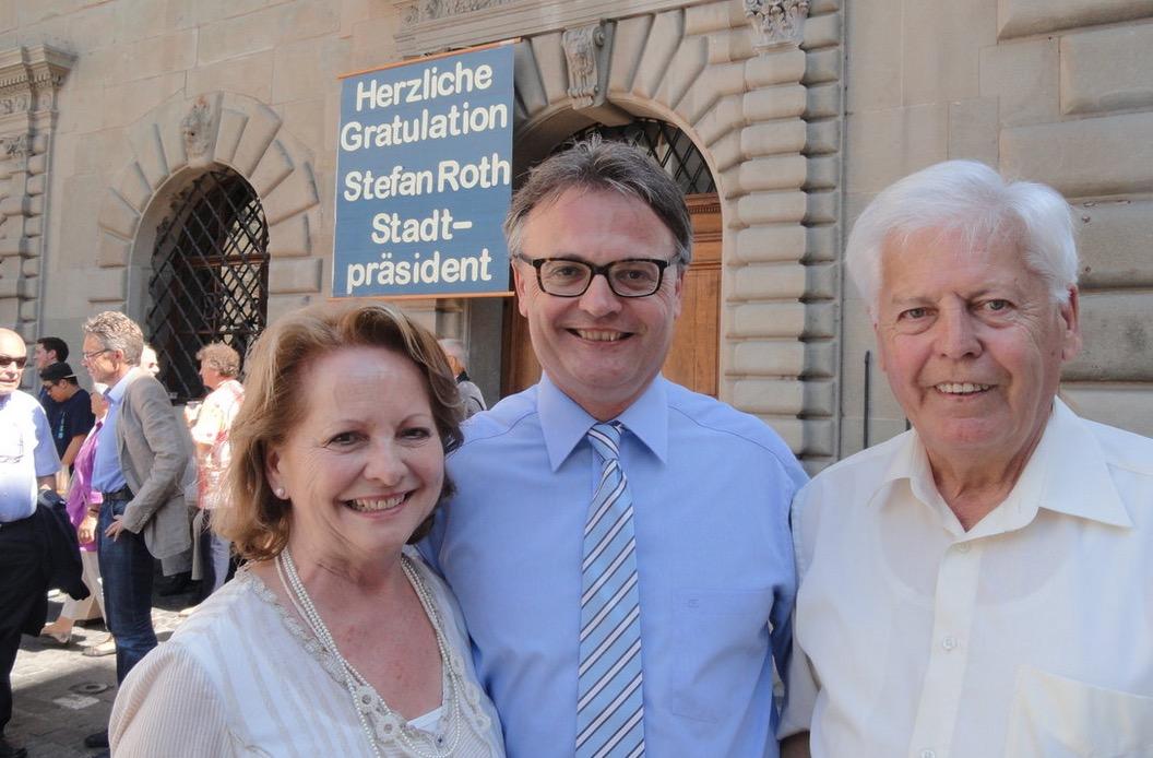 Stefa Roth nach seiner Stapi-Wahl 2012 mit seinen Eltern. Sein Vater ist mittlerweile verstorben.