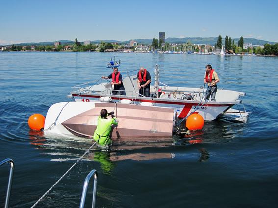 Das kostet: Die Freiwillige Feuerwehr Zug kehrt ein gekentertes Boot. (Bild: FFZ)