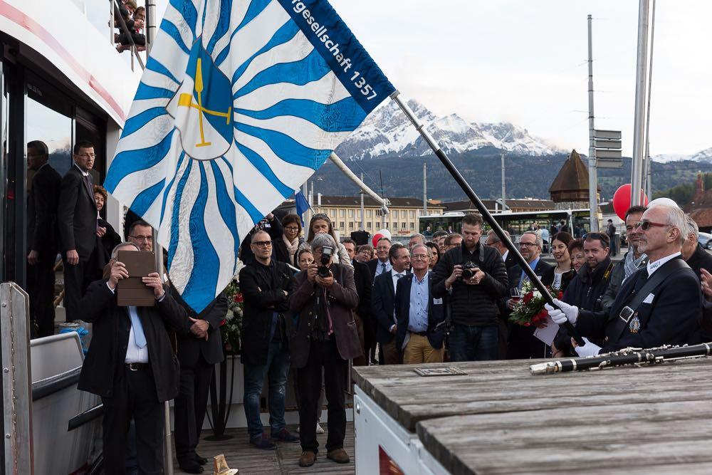 Die neue Fahne der St. Nikolausen Schiffsgesellschaft