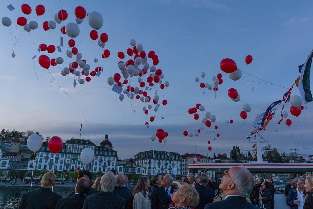 Ballone werden im Seebecken in die Freiheit entlassen