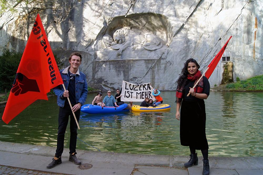Jusos mit Schlauchboot auf dem Teich vor dem Löwendenkmal. Vorne Yannick Gauch und Abilasa Leuenberger.