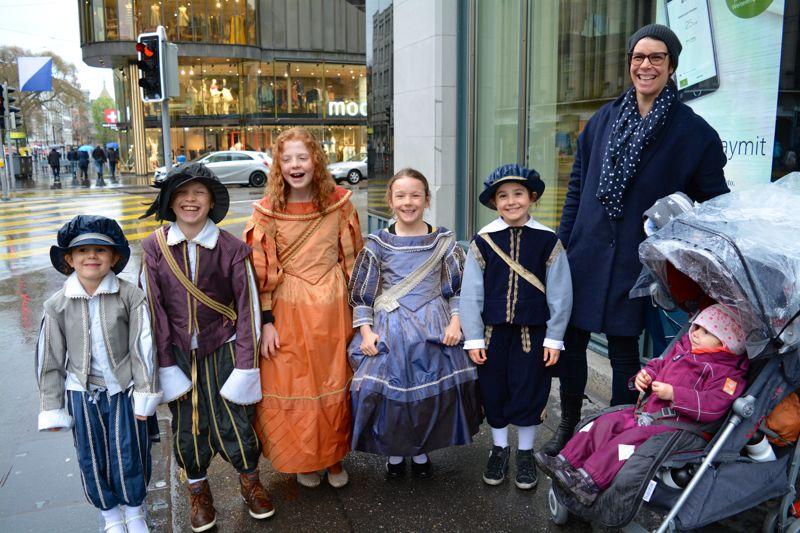 Die Zürcher Familien Alfaré und Speck nach dem  (verregneten) Kinderumzug. Ihnen fielen die Luzerner Kinder mit ihren Masken auf.