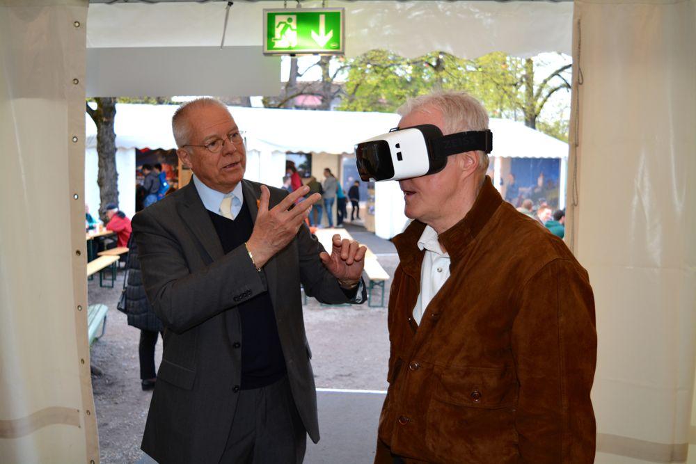 Der Luzerner Thomas P. Gübelin (links) von der Luzerner Zunft zu Safran mit einem Zürcher Zünfter, der mit der 3D-Brille den Nölliturm in Luzern besichtigt.