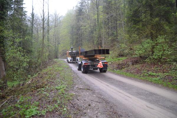 Ein Lastwagen bringt Brückenträger ins Lorzentobel.