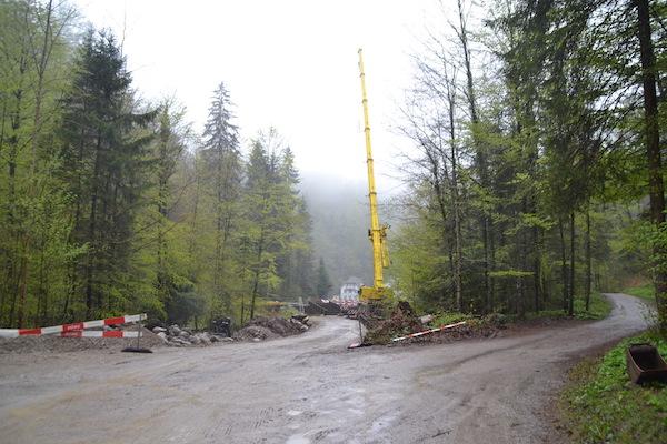 Hier entsteht die Hilfsbrücke für den Bau des Quellwasserpumpwerks.