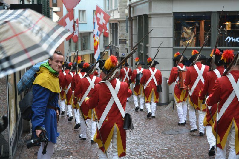 Kriegerisch: Luzerner Zunft-Grenadiere marschieren durch die Zürcher Altstadt.