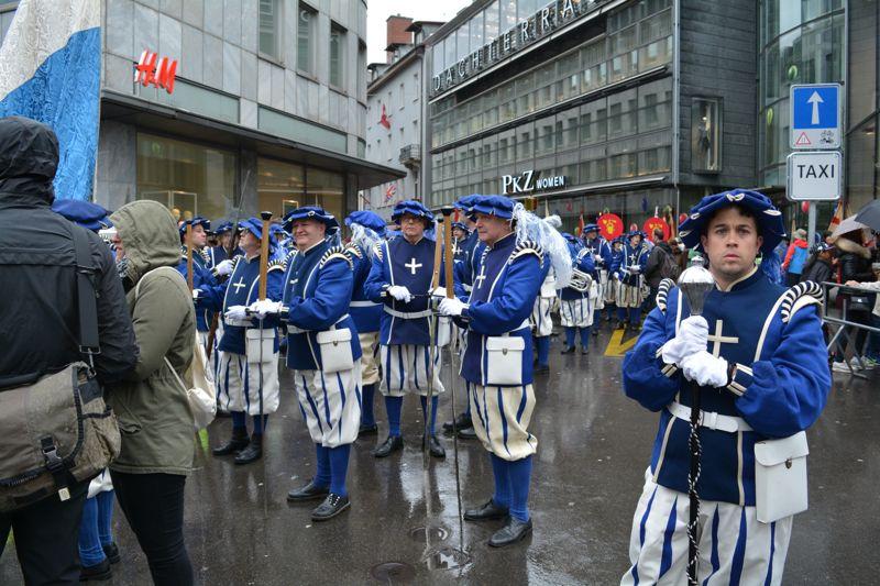 Die Lucerne Marching Band macht sich bereit für den Umzug.