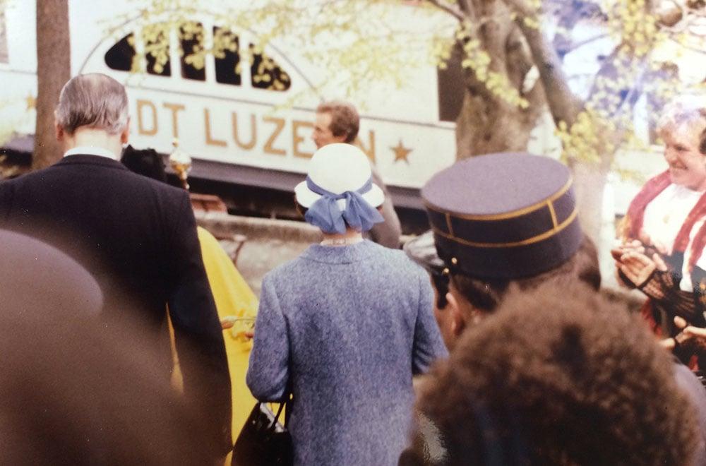 Die Queen auf dem Weg zum Dampfschiff. (Bild: Staatsarchiv Luzern, PA 1303/499)