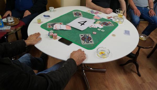 Bei mehreren Razzien im Kanton Zug wurden Verstösse gegen das Bundesgesetz betreffend Lotterien und gewerbsmässige Wetten festgestellt.