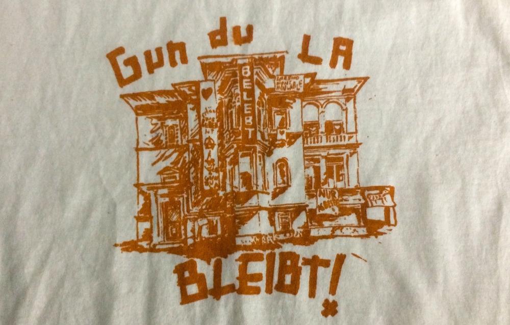 Zahlreiche Kleidungsstücke, wie dieses T-Shirt, und Taschen werden derzeit im Haus mit dem Logo bedruckt. (Bild: jav)