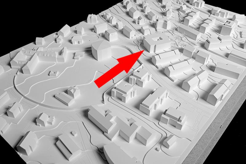 Modell des Quartierzentrums Wesemlin (roter Pfeil) mit Umgebung.