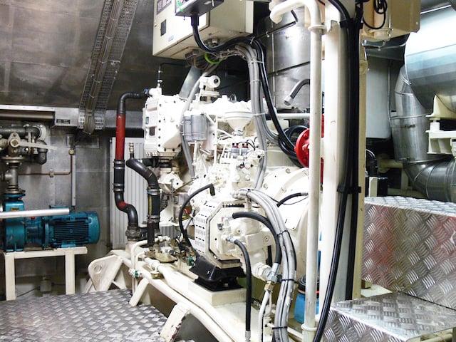 Im Maschinenraum. Es ist ohrenbetäubend laut und der Geruch von Öl liegt in der Luft. Insgesamt 800 PS beschleunigen die MS Zug auf maximal 23,4 km/h.