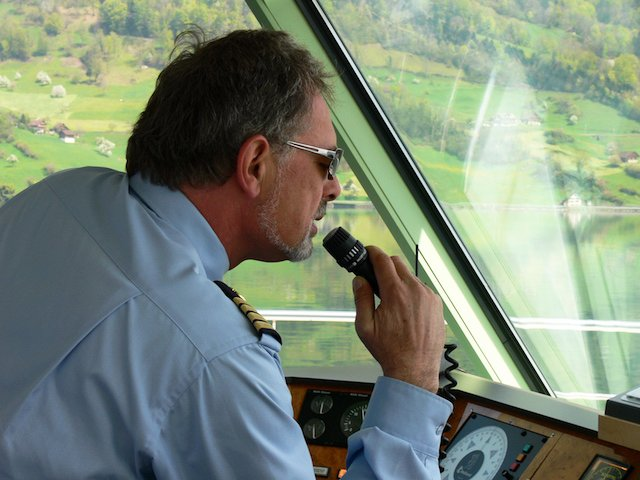 Kapitän Schacht am Mikrophon.