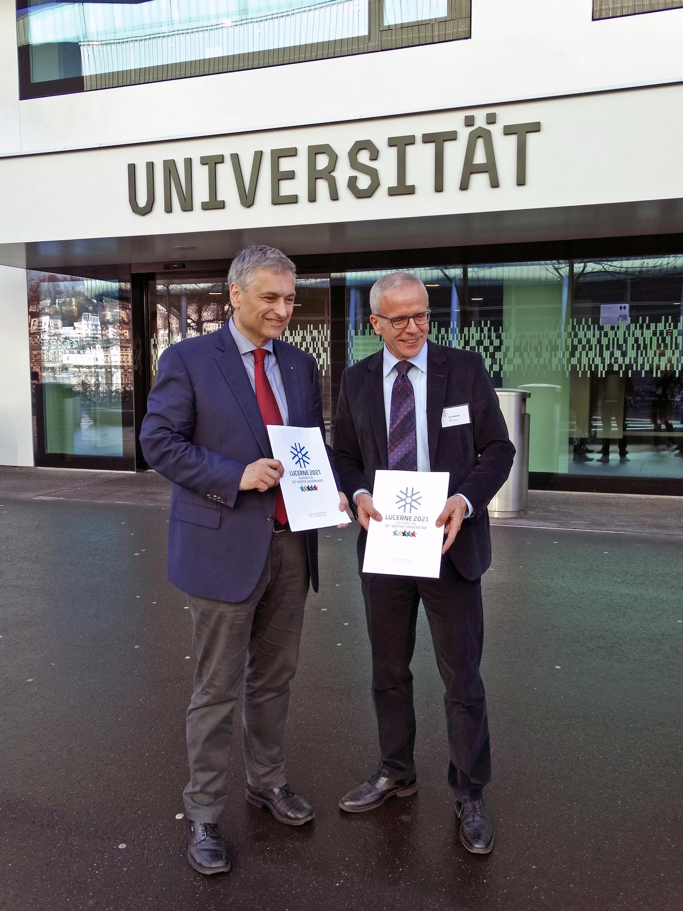 Urs Hunkeler (rechts), Leiter des Bewerbungskomitees, und der Luzerner Regierungsrat Guido Graf präsentierten im Januar die Kandidatur passenderweise vor der Universität Luzern.