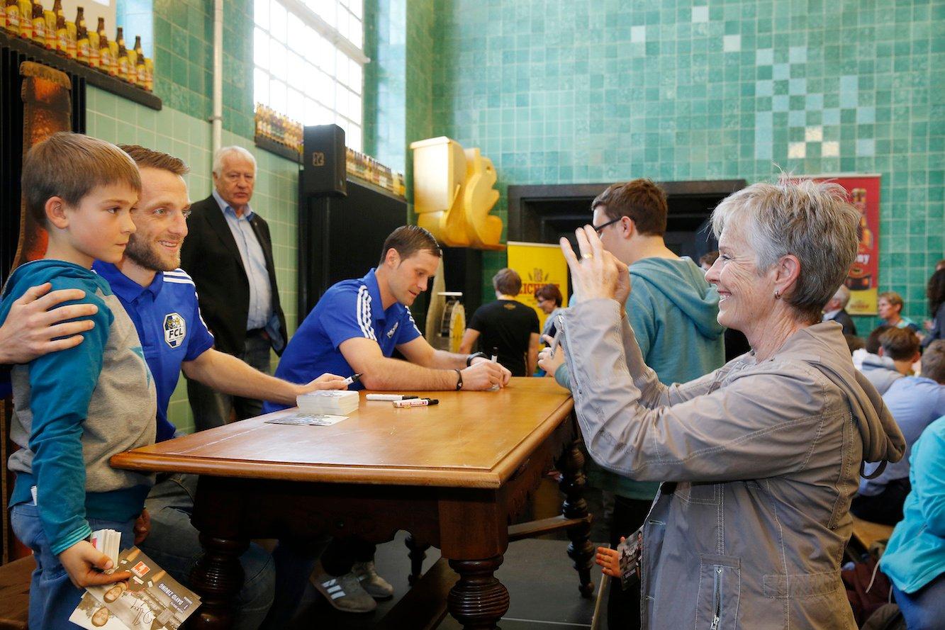 Die beiden FC-Luzern-Spieler Christian Schneuwly (links) und David Zibung gaben eine Autogrammstunde (Bild: Mischa Christen).