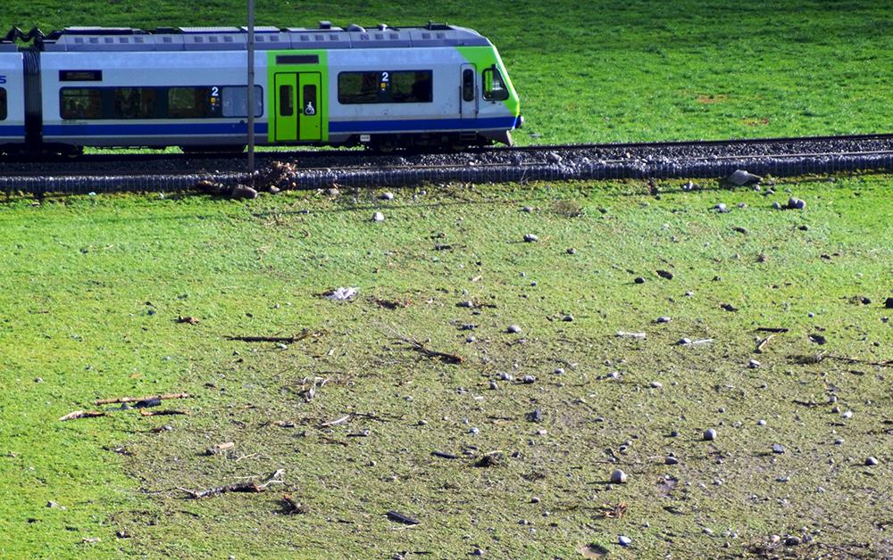 Das Geröll verstreute sich bis zur Bahnstrecke.