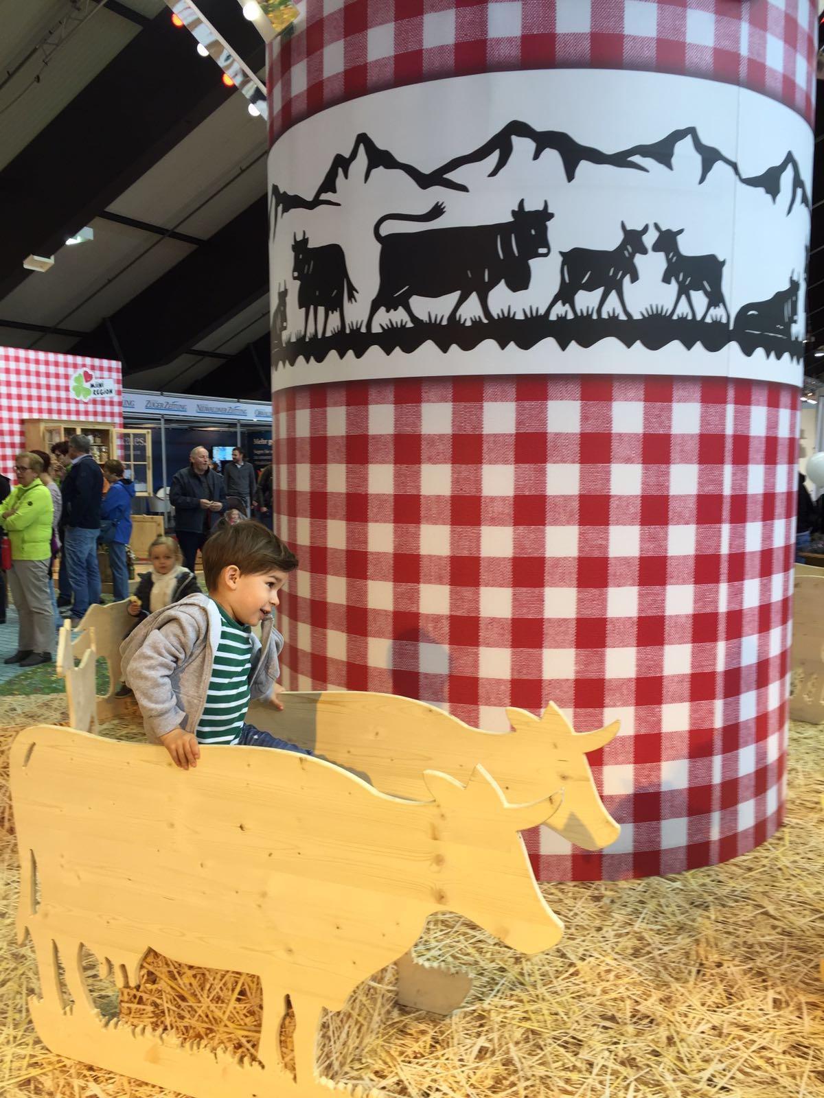 Ein Kuh-Karussell für die Kids.