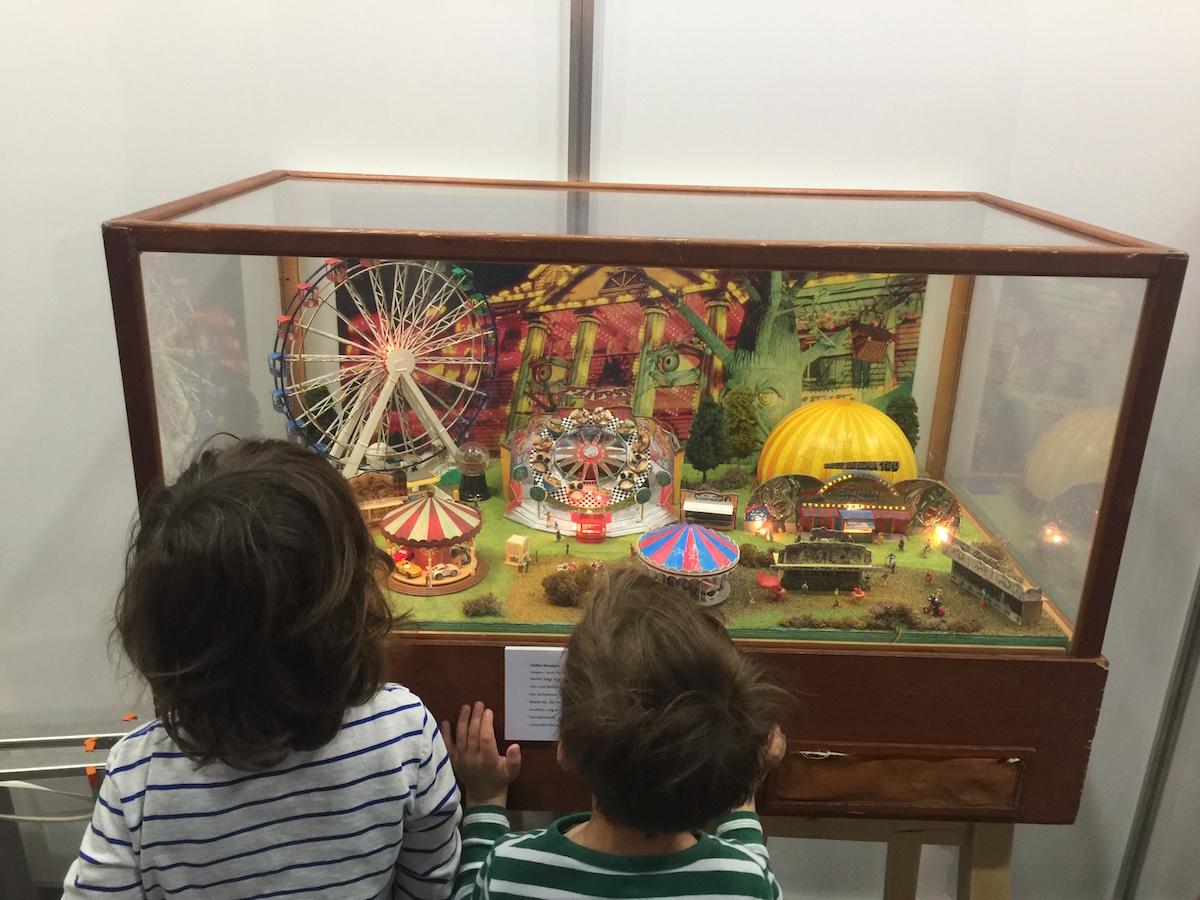 Fasziniert betrachten die Kinder den Chilbi-Stand.