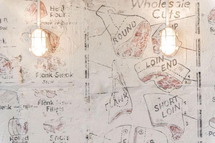 Welches Stück darf es denn sein? In der Filiale im Zürcher Niederdorf kommen die Wände wie die Auslage einer Metzgerei daher.