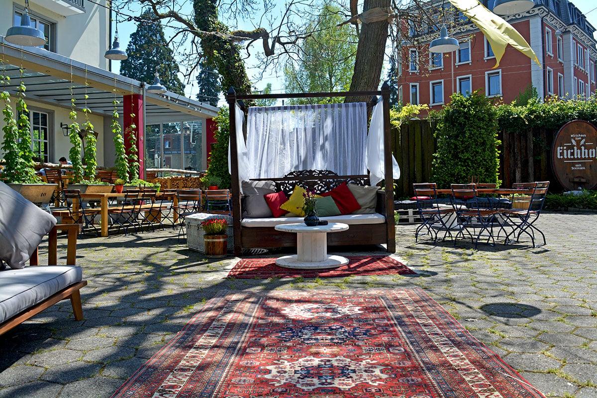 Teppich und Himmelsofa im neu gemachten Garten.