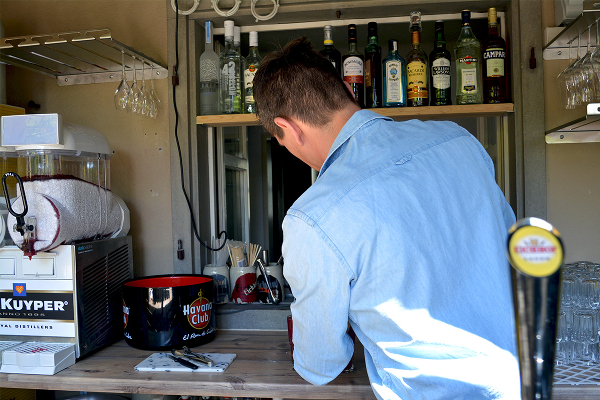 Co-Geschäftsführer Fabian Werder bereitet einen Beeren-Daiquiri zu. Der Drink kommt übrigens aus dem Spender links im Bild.