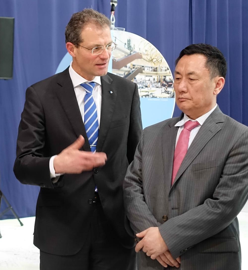 Regierungspräsident Reto Wyss erläutert Geng Wenbing, Boschafter der Volksrepublik China in der Schweiz, die Entwicklungsschwerpunkte in der Agglomeration Luzern. Der Botschafter nimmt's zur Kenntnis.