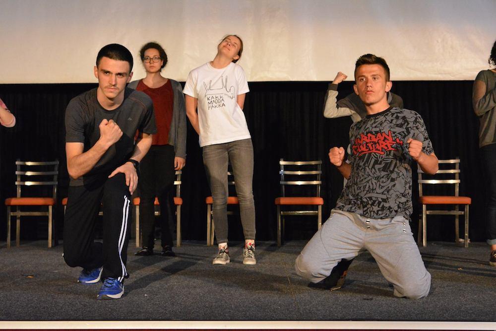 Volle Power fürs Theater – ein Probe in Gjilan. (Bild: actNow)