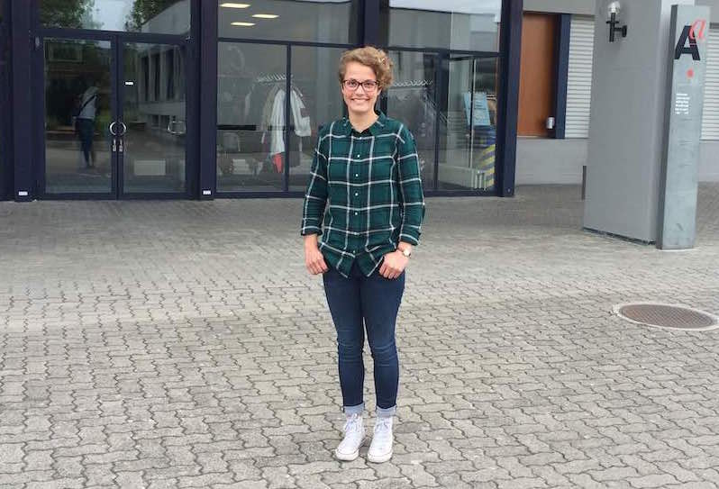 Judith Schmutz vor der Kantonsschule Beromünster.