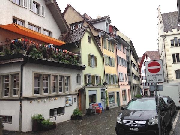 Hier an der Kirchgasse 7 in Zug steht der Fair-Teiler. Er ist im «Lade für Soziokultur» untergebracht.