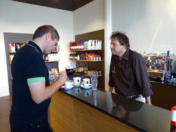 Die zwei Kaffee-Kenner, Ernst Knuchel (l.) und Bruno Trepp, brüten über ihrem Lieblingsthema.