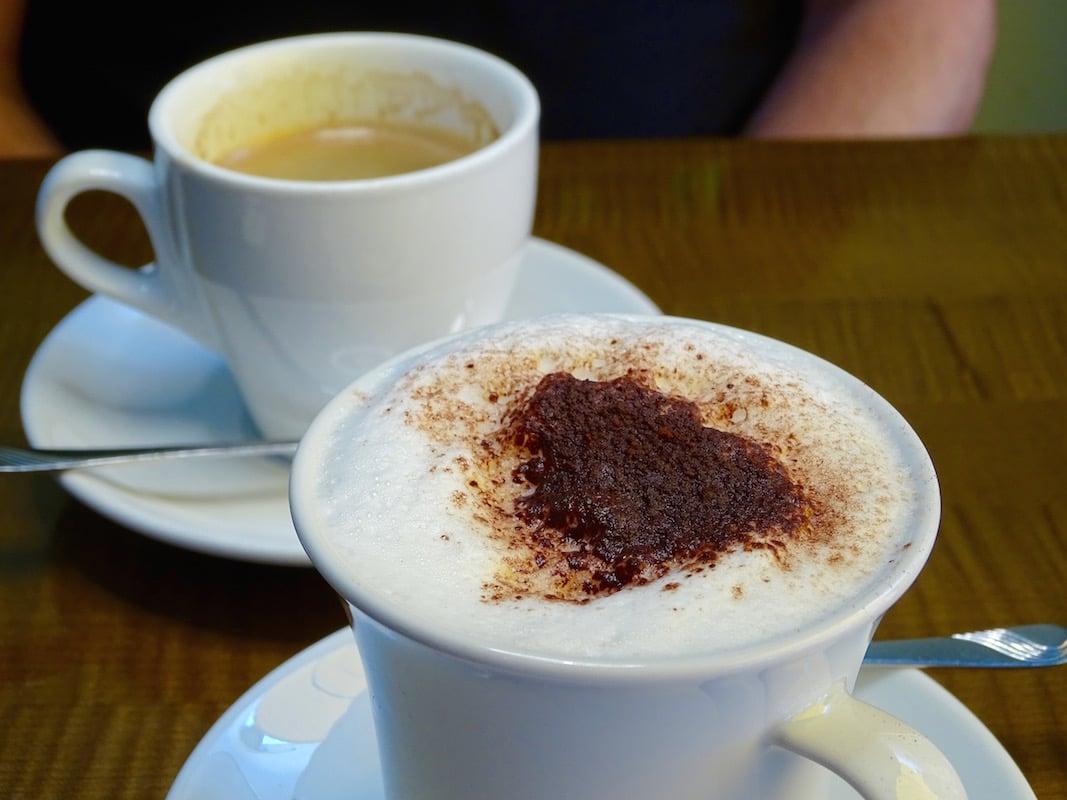 Cappuccino und Café crème sehen im Café Speck so aus.