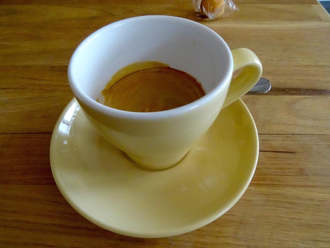 Klein, aber sehr fein ist der Café crème in Bob's Foodstore.