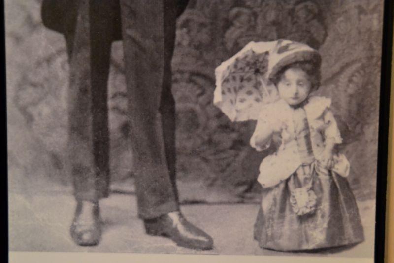 Ein normalgrosser Schausteller mit der kleinwüchsigen «Prinzessin Elisabeth», um 1920.