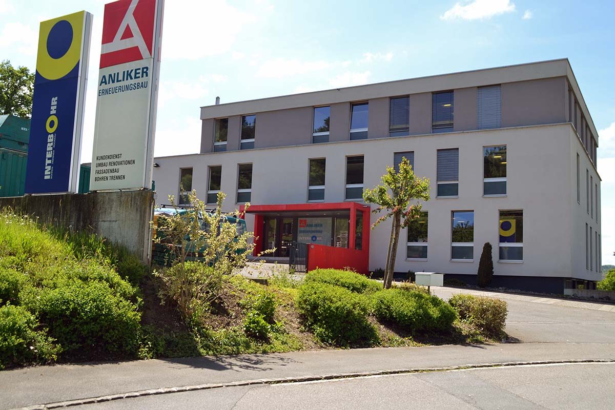 Hinter dem Gebäude der Anliker Bauunternehmung an der Reusseggstrasse befindet sich der neue Platz.