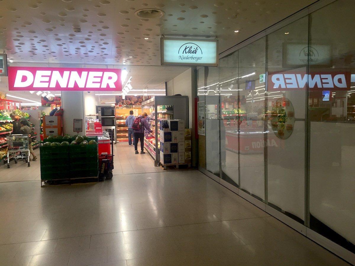 Gleich neben dem Denner wird bald ein Subway eröffnet. Im Schaufester hängt bereits Werbung.