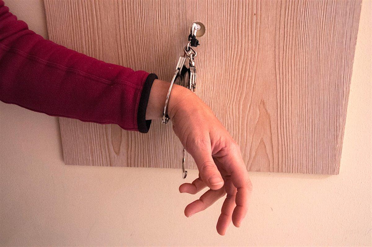 Zu Beginn wird man mit Handschellen gefesselt und muss versuchen, sich zu befreien.