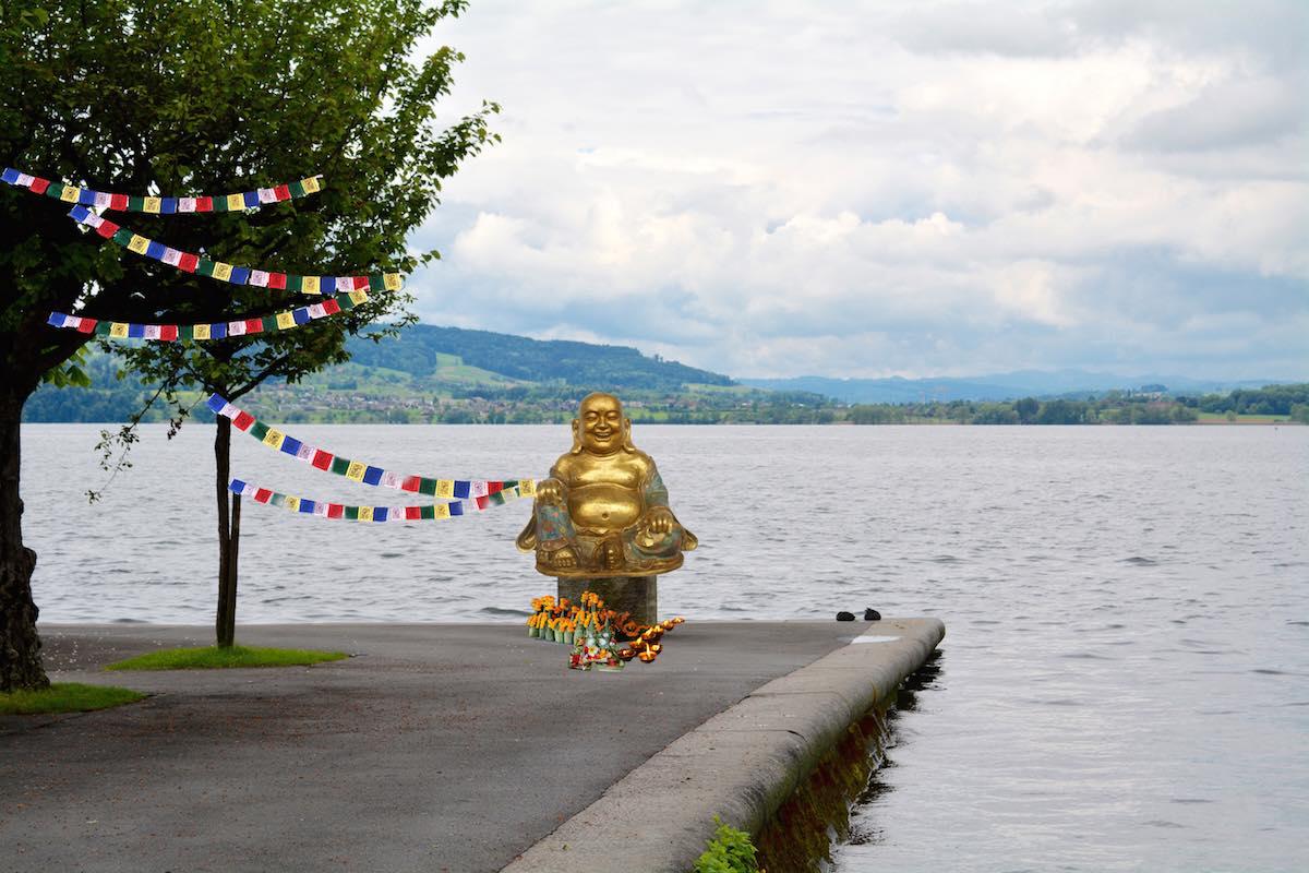 wenn am gleichen Platz ein Buddha sitzen würde? Hier könnten Manager in der Mittagspause Ruhe und Glück finden.