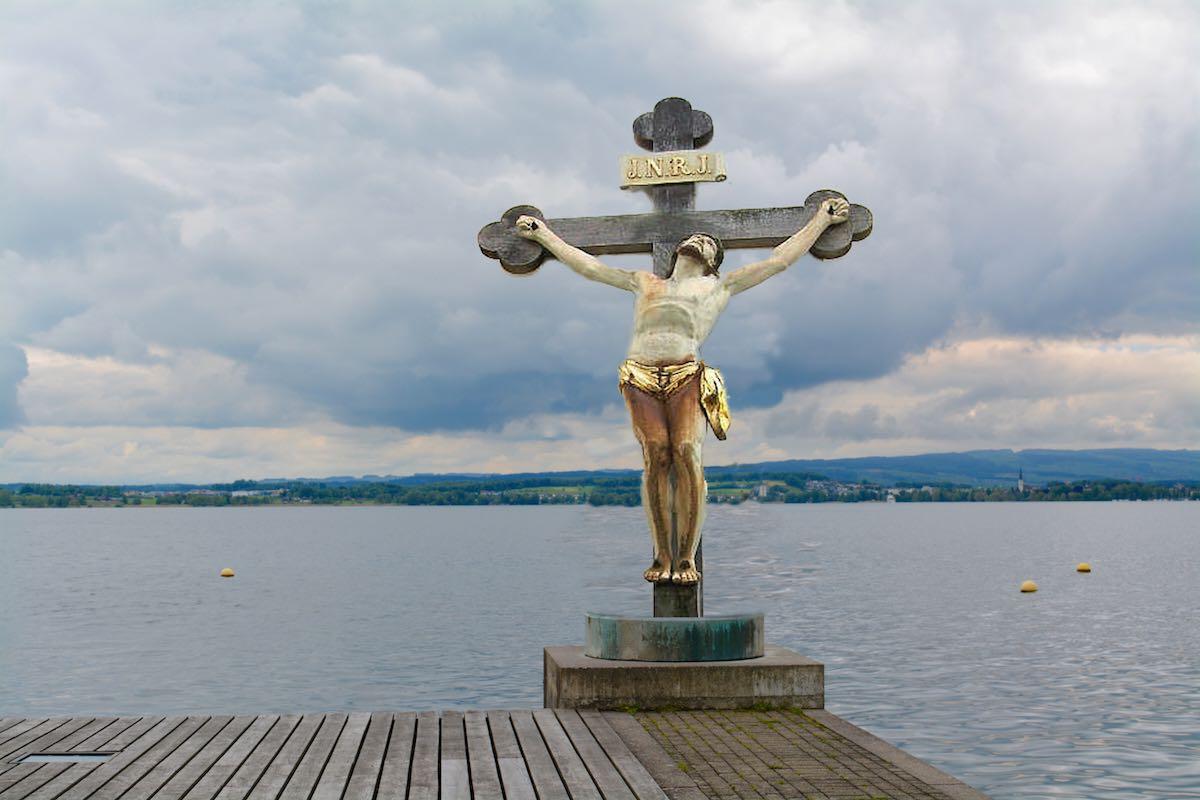 ...plädieren wir für ein mahnendes Kruzifix, das den faulen Kantischülern wieder einmal Gott vor Augen führen wird. Und ausserdem zum Badehosen-Trend passt.