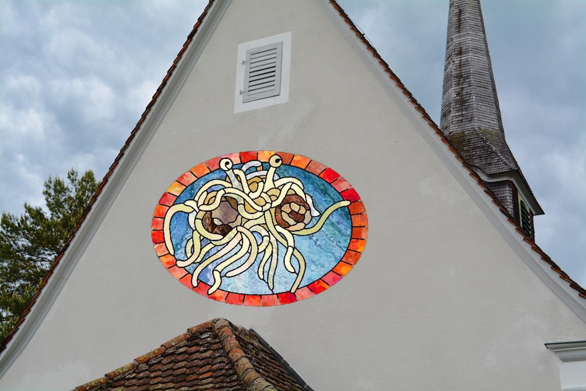 ...Wäre es da nicht viel aufregender, wenn man aus ihr ein Pastafari-Gotteshaus gestalten würde? Inklusive Spaghettimonster-Buntglasfenster, versteht sich.