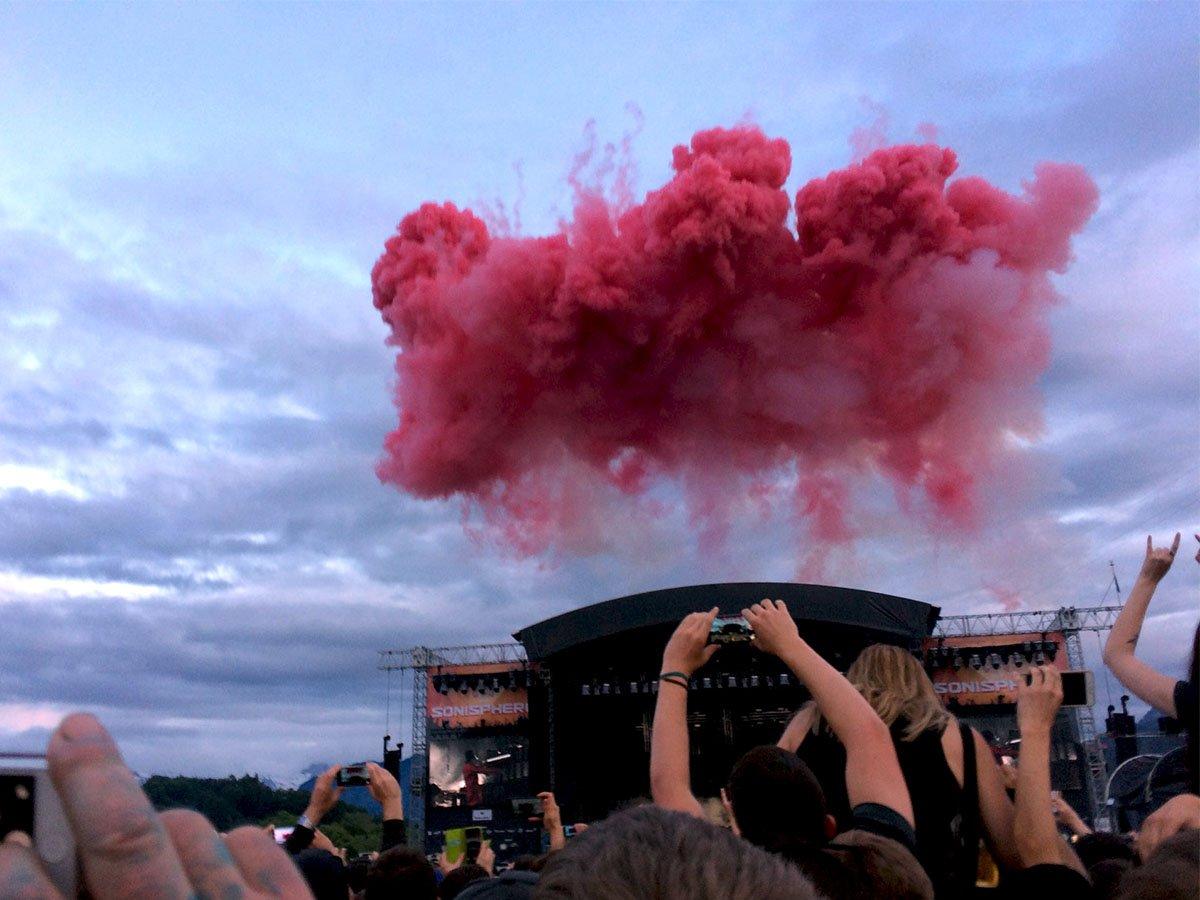 Die rote Wolke, die das Konzert eröffnete (Bild: Karin Loetscher).